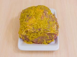 Теперь вынимаем из рассола мясо. Из полученной массы натираем мясо.