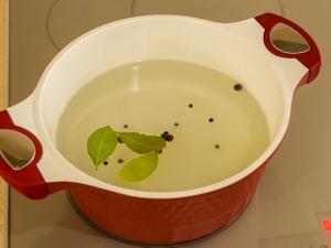 Первым делом нам нужно приготовить маринад. Наливаем в блюдо воды, закладываем туда ингредиенты: (сахарный песок, крупная соль) (приправа из лаврового листа, черного душистого перца)