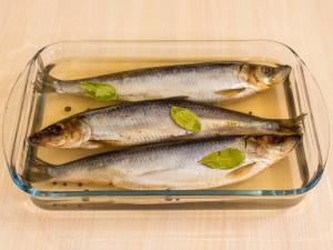 Подготовьте какой-нибудь груз, чтобы придавить рыбу. Для этого можно использовать тарелку. Убираем в холодное место и оставляем на двое суток.