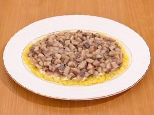 На слой картошки, выкладываем селедочку и смазываем майонезом.
