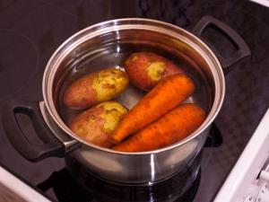 Картошку с морковью варим до полного приготовления.