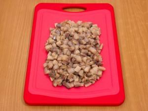 Берем филейную часть селедки. Режем ее не крупными частями.