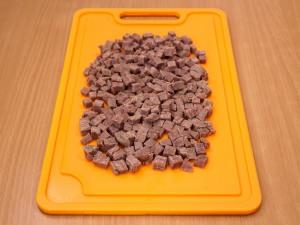 Порезать мясо на некрупные кубики.