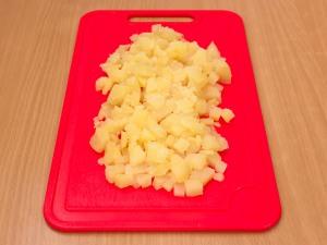 Чистим картошку и режем на некрупные кубики.