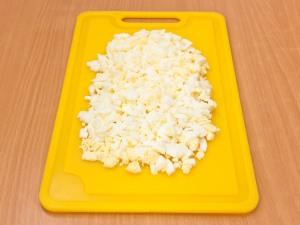 Вареные яйца режем на мелкие части.