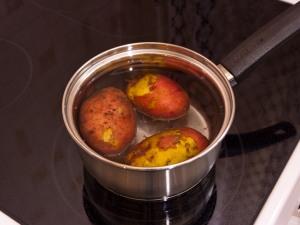 Сварить до полного приготовления картошку.