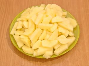 Порежем картошку как кубики или брусочки.