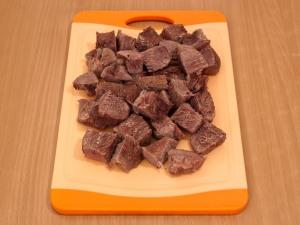 Когда мясо сварилось режем его мелкими частями.