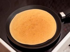 С другой стороны жарим блин несколько секунд. Потом снимаем со сковородки и складываем на тарелку.