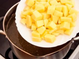 Когда наш бульон начал кипеть, закладываем картошку. Время варки пять - семь минут.