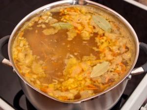 Сразу же положите корень петрушки, можно пастернак. Немножко перца, пару листиков лаврового листа, по вкусу добавить соль. Варим щи до полного приготовления картошки.