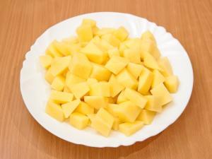 Помыть картошку, чистим от кожуры, порезать.
