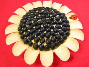 Еще можно добавить для украшения маслины, порезав их пополам. Или сделать из помидор черри божью коровку, как у меня.