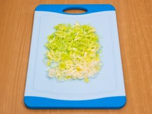 Порежем лук, в виде полуколец. Для использования репчатого лука (обязательно порезать мелкими частями, заложить в блюдо, налить кипятка на десять минут, потом воду сливаем).