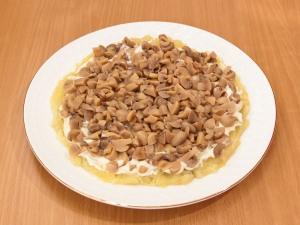 Выкладываем грибы на слой картошки, добавить майонез для смазки.