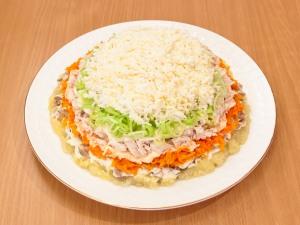 На слой из лука, выкладываем слой из яиц, немножко добавить соль.