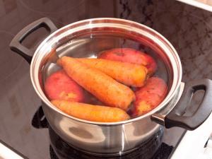 Первым делом сварим картошку с морковью. Ждем когда остынет, чистим.