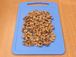 Порезать на мелкие кусочки грибы.