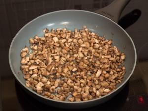 Жарим грибочки с растительным маслом. Обжариваем так, чтобы исчезла жидкость.