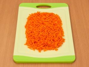 Измельчаем немного морковь.