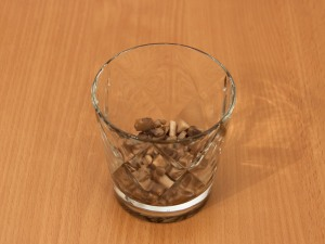 Теперь берем салатник и начинаем выкладывать слои. Первым слоем выкладываем грибочки. По вкусу добавим соль, перец и смазываем все майонезом.