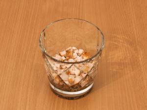 На слой грибов, выкладываем филейную часть, смазываем майонезом.