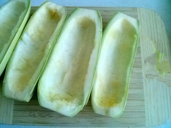 В первую очередь, нам нужно выбрать кабачки. Всегда берите молоденькие овощи.В молодых кабачках практически нет семян, что дает большой плюс в приготовлении.Выбрали, моем проточной водой и разрезаем на две равные половины. Внутренность из кабачков убрать осторожно ложкой. У нас должно получиться две половинки в форме лодочек.