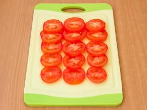 Порежьте круглыми дольками томаты.