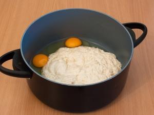 Перемешиваем яйца с опарой.