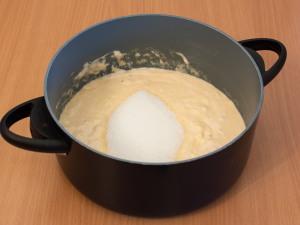 Положить сахарного песка с солью, размешиваем.