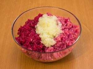 Занимаемся начинкой. Мясорубкой прокрутить мясо свинины и говядины, а так же лук.