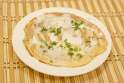 Филейную часть рыбки режем пластиночками, не крупными кусочками. Плавленый/сливочный сыр перемешиваем с майонезом. Пучок зелени мелко порезать.Смазываем каждый слой, добавляя поочереди зелень.