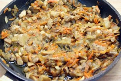 Лучок, грибочки и морковку поджариваем на раст/масле около 6 минут, по вкусу добавить перец и соль.Немножечко дать остудиться.