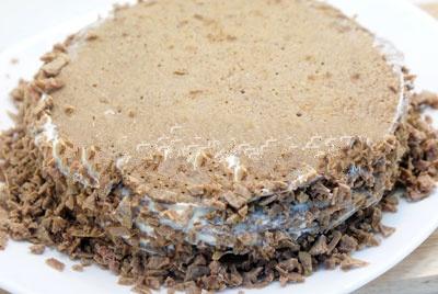 Посыпать по краям торта.
