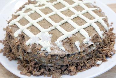 Верх блинного торта украшаем сеточкой из майонеза.