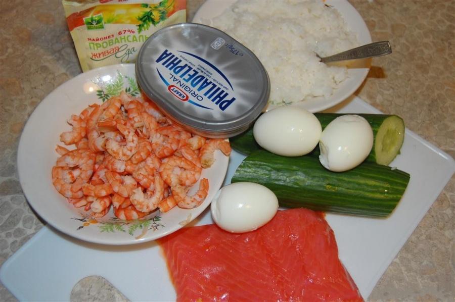 В первую очередь нам нужно предварительно заготовить продукты для нашего салата.Креветки отвариваем и оставляем их, чтобы они остыли. Чистим.Варим до полного приготовления рис.Приготовить семгу.