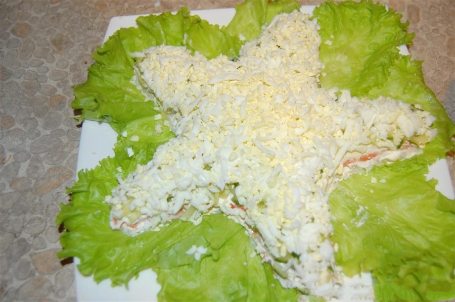 Теперь мы берем сливочный сыр и аналогично все смазываем. Отварные яйца, протираем через среднюю терку.Выложить слой.