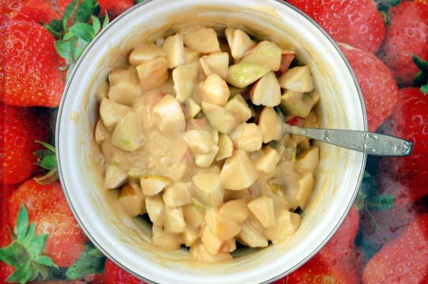 Нарезанные яблоки, смешиваем вместе с тестом.