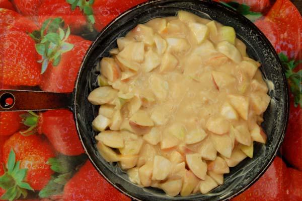 Предварительно намазать сковородку растительным маслом. Выкладываем приготовленную массу в нее.
