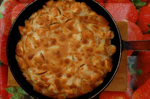 При температуре (180С - 200С) начинаем готовить шарлотку. Время приготовления, около 35 - 40 минут. Как только наш пирог подрумянился, значит шарлотка готова.
