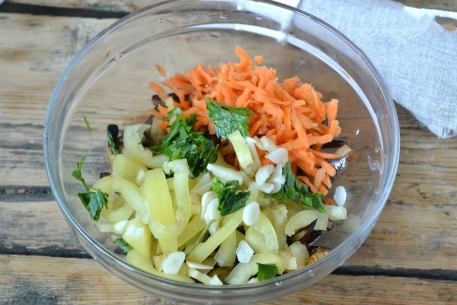 Закладываем всю заготовку из наших овощей в одно блюдо и перемешаем.