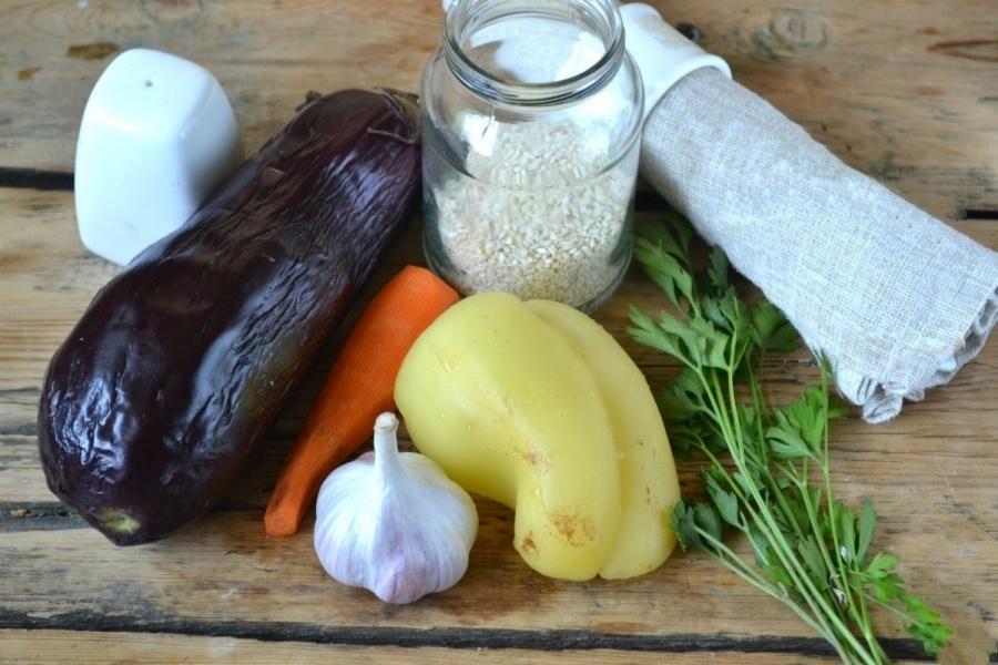 В первую очередь нам нужно заготовить продукты. Овощи (баклажаны, морковь и болгарский перец промываем водой). Очищаем болгарский перец от семечек.Баклажан чистить не нужно, достаточно того, что мы его промыли под чистой водой.Морковь почистить.