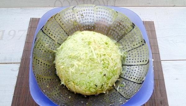 Через среднюю терку, протираем хорошо промытые кабачки. Выжимаем через марлю из них лишнюю жидкость.