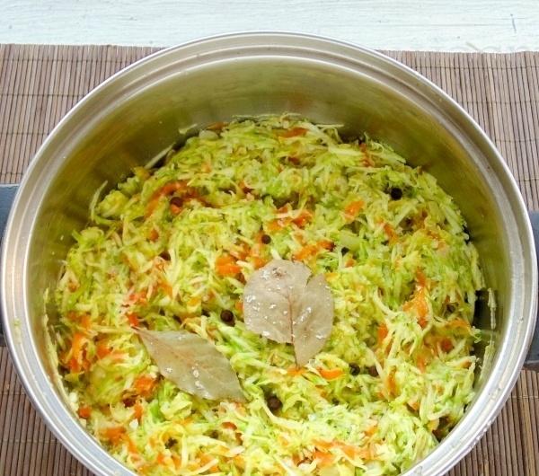 Соединяем ингредиенты вместе (кабачки, морковь, лук). Начинаем тушить, постепенно перемешивая до тех пор, как будет выделяться сок.После этого закладываем лавровый лист, сахар, соль, перец.