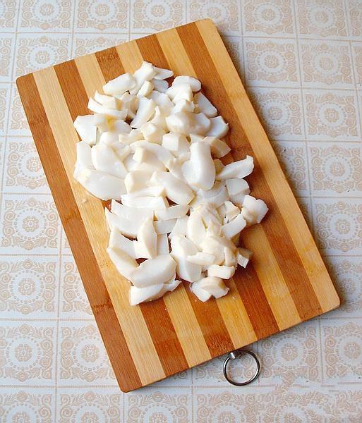 Филе каждого кальмара порезать на 4 - 6 полосок. Режем не большими кусочками, и немножко побрызгать лимонным соком.