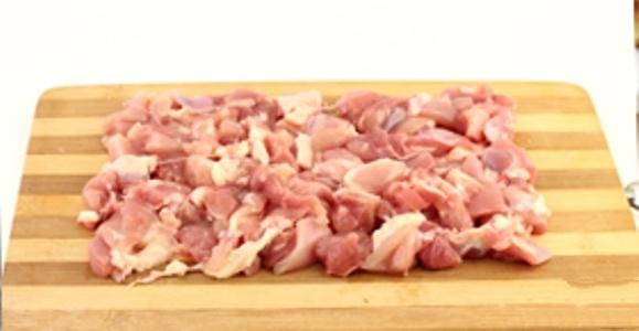Мясо курицы (у меня всегда филе) нарезать не крупными кусочками.