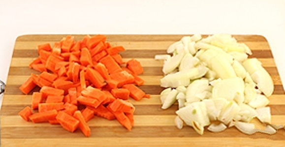 Через (крупную терку) натереть морковь. Некрупно нашинковать лук (можно полукольцами).