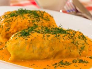 Разложить по тарелкам, добавить сметаны и соус. Соус добавляем тот, в котором готовилось наше блюдо.