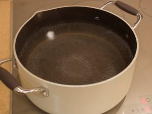 Кипятим в трех - четырех литровой кастрюле воду.