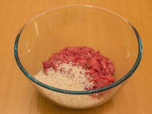 Добавляем рис в мясной фарш.